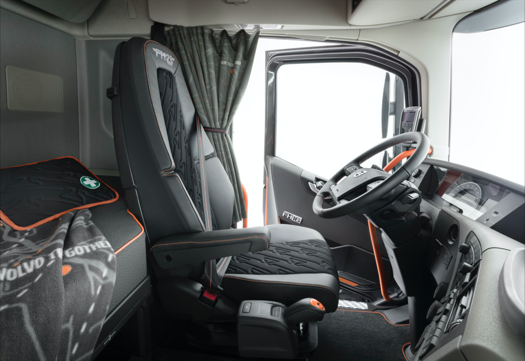 volvo trucks commercialise une s rie limit e fh 25 ans. Black Bedroom Furniture Sets. Home Design Ideas
